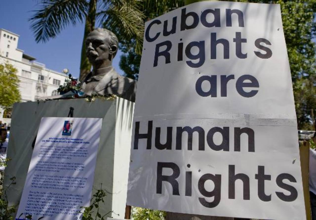 Los derechos de los cubanos son derechos humanos, se lee el cartel usado durante una marcha en EE. UU. foto edh / archivo