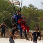 Sudafricana festeja sus 100 años saltando con paracaídas