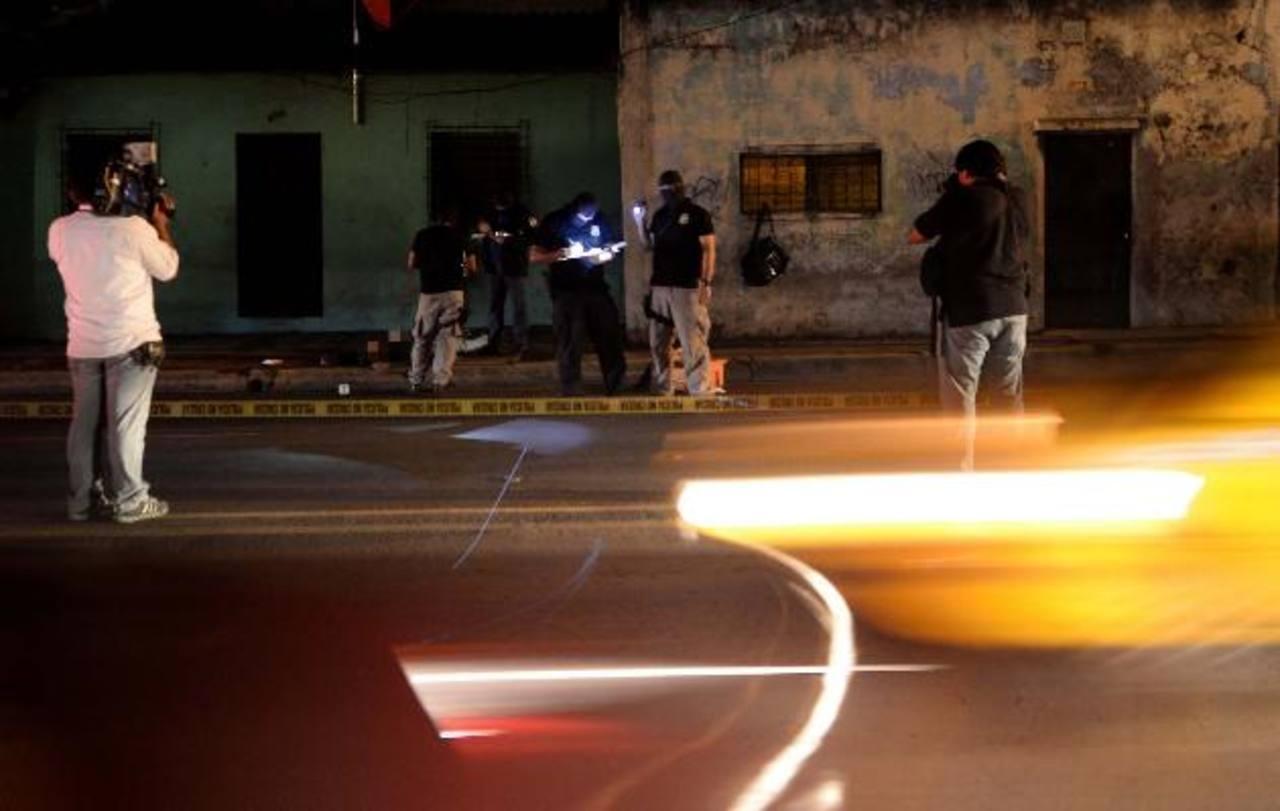 Una vendedora fue asesinada anoche en Blvd. Arturo Castellanos. Foto EDH / Marlon Hernández