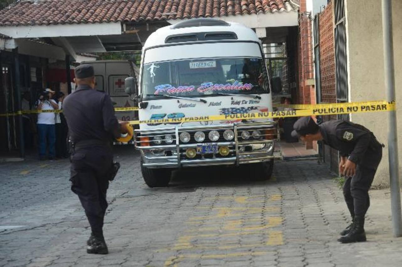 El cobrador de la unidad llevó al motorista hasta Cruz Roja Salvadoreña, desde donde lo trasladaron a un hospital. Pero falleció en el camino. Foto EDH /Douglas Urquilla