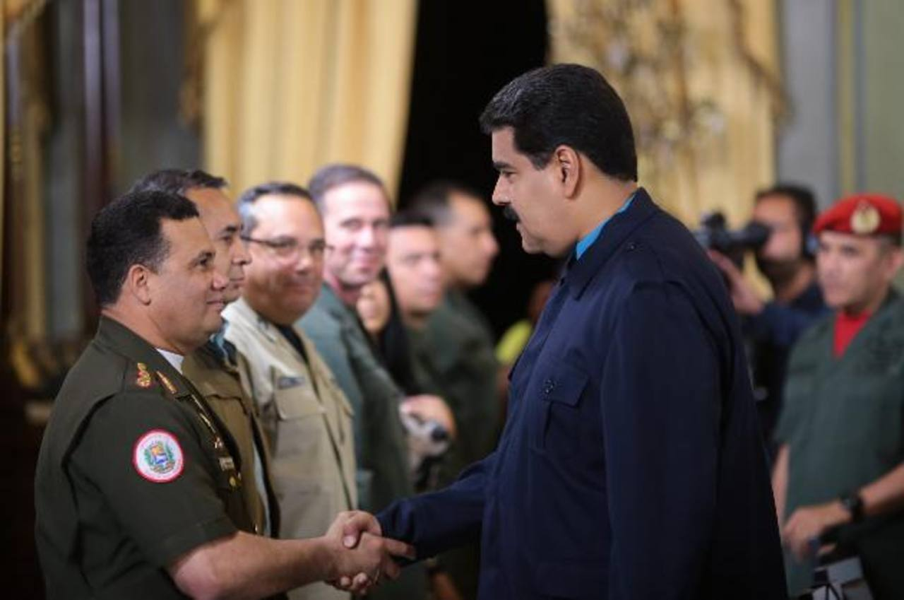 El gobernante izquierdista, Nicolás Maduro, saluda al mayor general Gustavo González López, acusado de violar DDHH. foto edh /efe