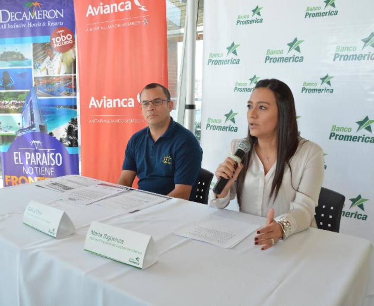 Marta Sigüenza, de Promérica, y Carlos Ortiz, de Amate Travel, anunciaron la feria. Foto EDH /David Rezzio.