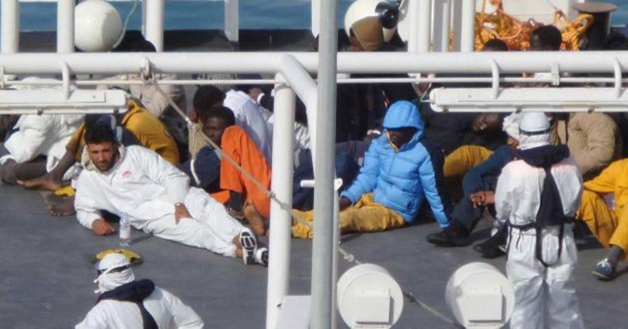 Inmigrantes descansan tras haber sido rescatados a bordo del barco Gregoretti en el puerto de la Valeta en Malta.
