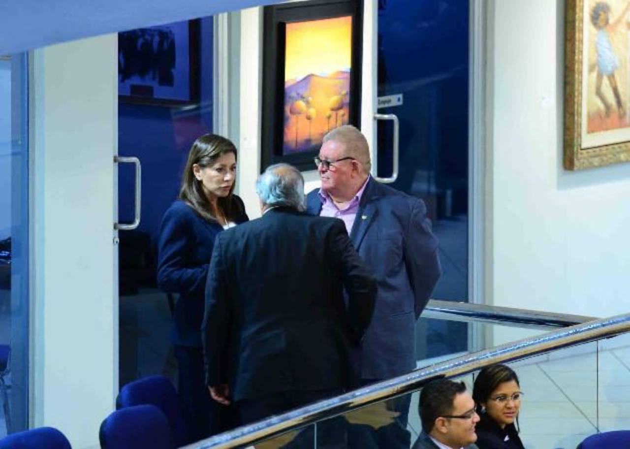 La diputada de ARENA, Ana Vilma de Escobar conversa con el ministro de Hacienda, Carlos Cáceres y Hato Hasbún, secretario de Gobernabilidad. fotos edh / jorge reyes