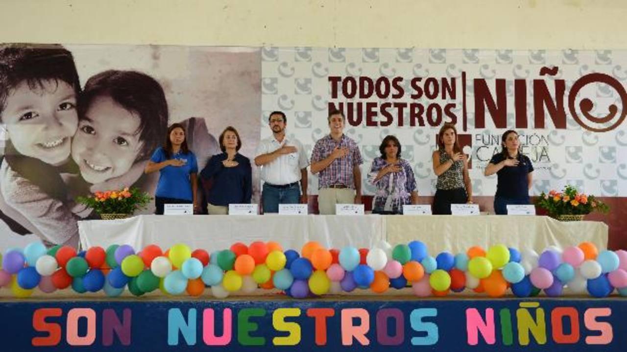 Representantes de Fundación Calleja, Mined, Lactolac, UFG, Microsoft, Tigo y el Centro Escolar Juan de Dios del Cid en el lanzamiento del Programa . fotos edh /lissette lemus