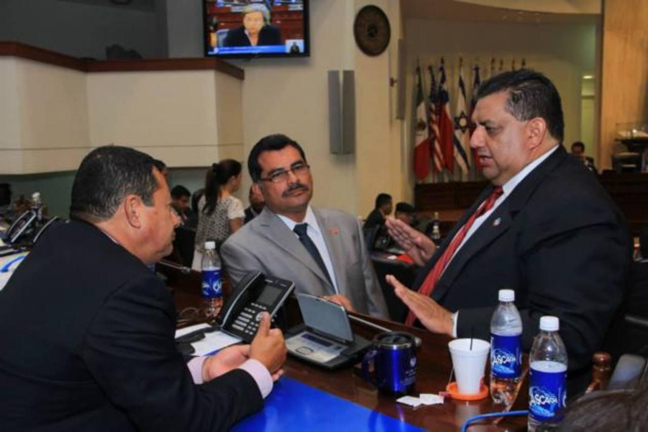 Alberto Romero, ARENA (derecha), Jaime Valdez, FMLN (al centro) y Santiago Flores, del FMLN.