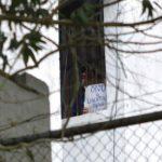 El exalcalde opositor Daniel Ceballos protesta asomado a la ventana de su celda en la cárcel militar de Ramo Verde. foto edh / efe