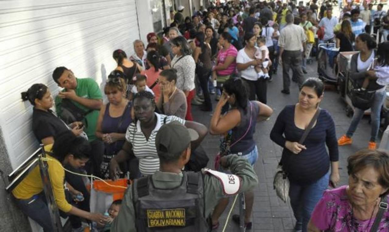 Usuarios se quejan de que hay colas para comprar comida, medicinas, baterías de carros, etc. foto edh / internet
