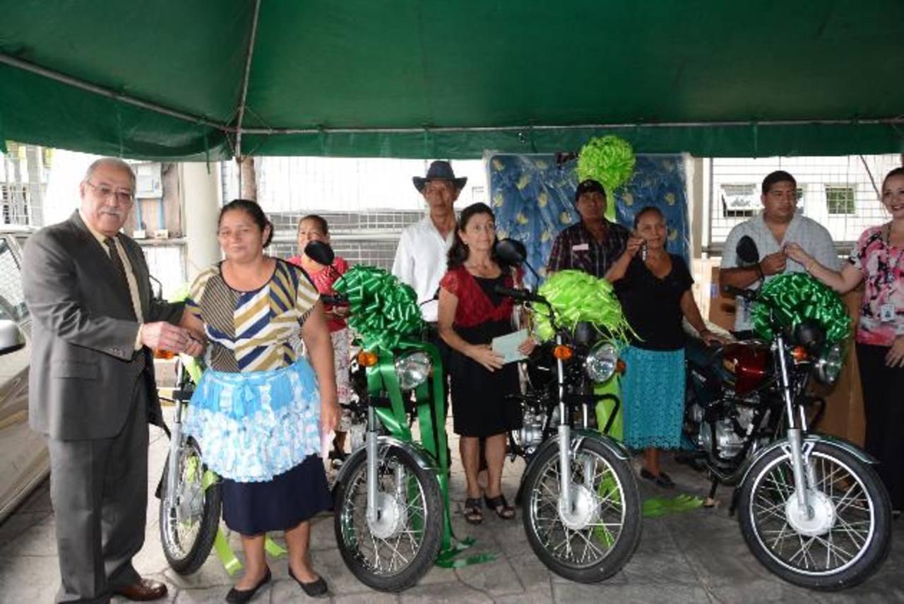Fedecrédito entregó 16 motocicletas durante el cuarto sorteo Gana Fácil. Foto EDH /D. Rezzio