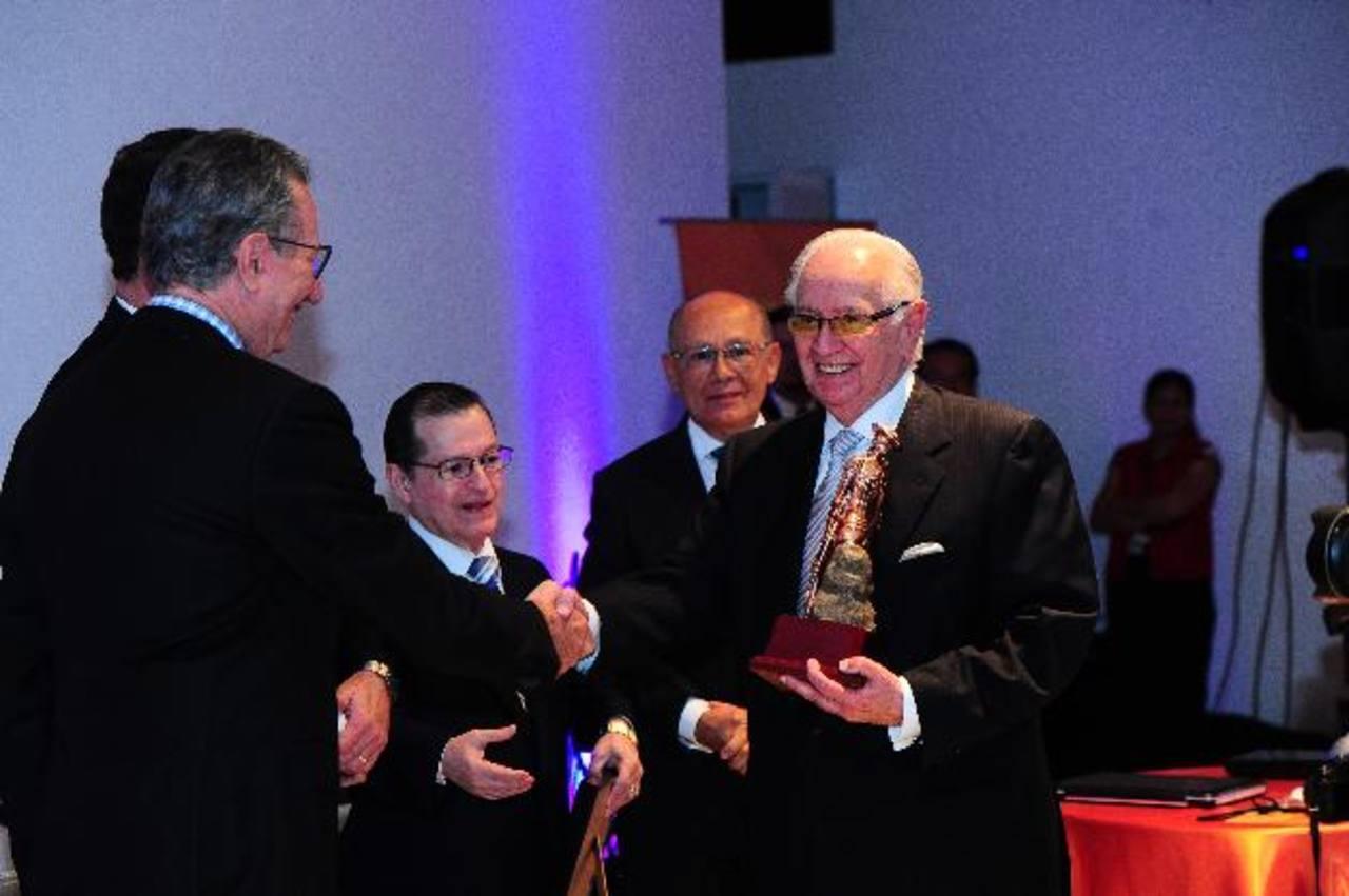 Don Boris Esersky (al centro) fue reconocido por su trayectoria empresarial en medios televisivos por el CNP. Fotos EDH /M.C/ R.Q