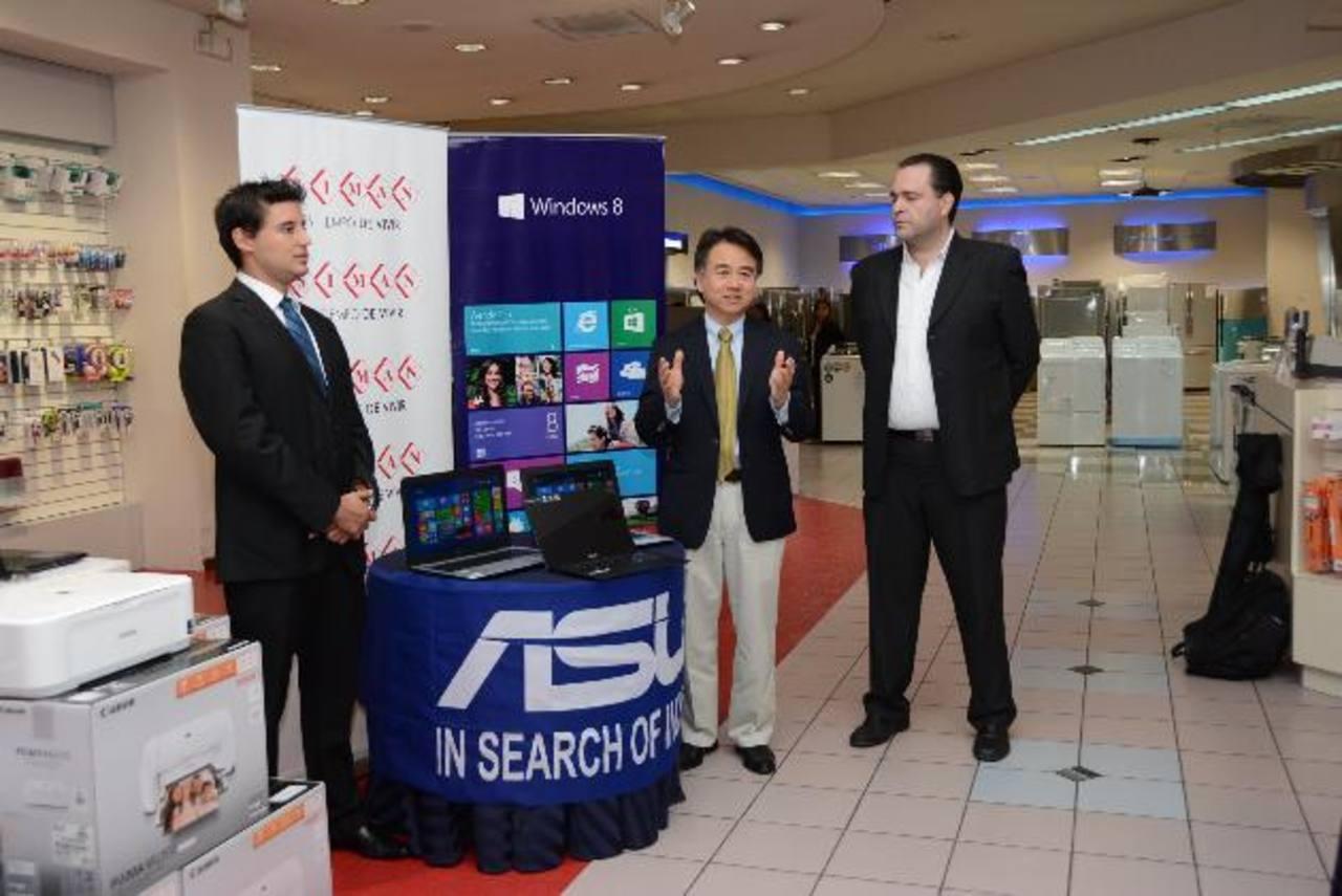 Francisco Gutiérrez gerente de marca, de almacenes Simán, a la izquierda, con representantes de Asus y Microsoft. Foto EDH /Cortesía