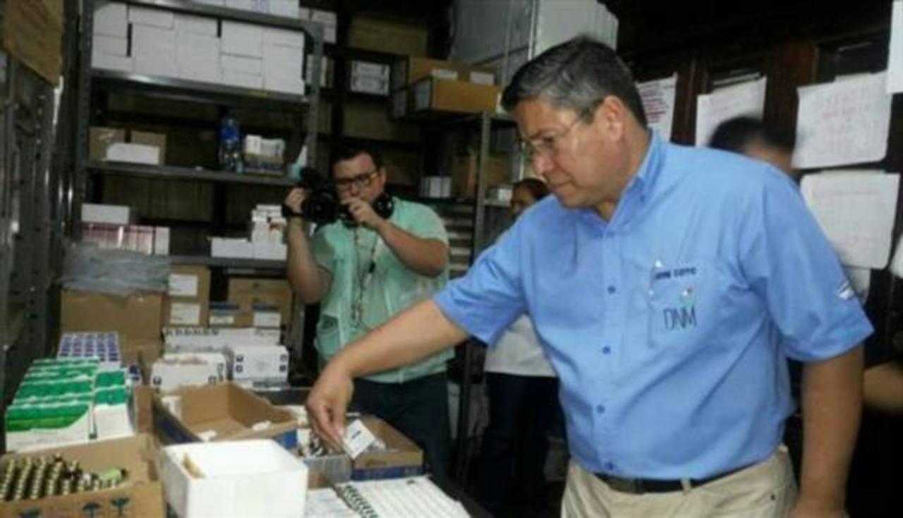 Vicente Coto, director nacional e Medicamentos, en la farmacia central del hospital Rosales. Foto EDH / ARCHIVO