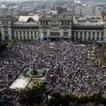 Miles de personas protestaron ayer en el centro de la ciudad de Guatemala contra el binomio presidencial. foto edh /EFE