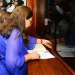 Norma Guevara y otros diputados del FMLN introdujeron ayer la propuesta del partido en la Asamblea. Foto EDH / rené estrada
