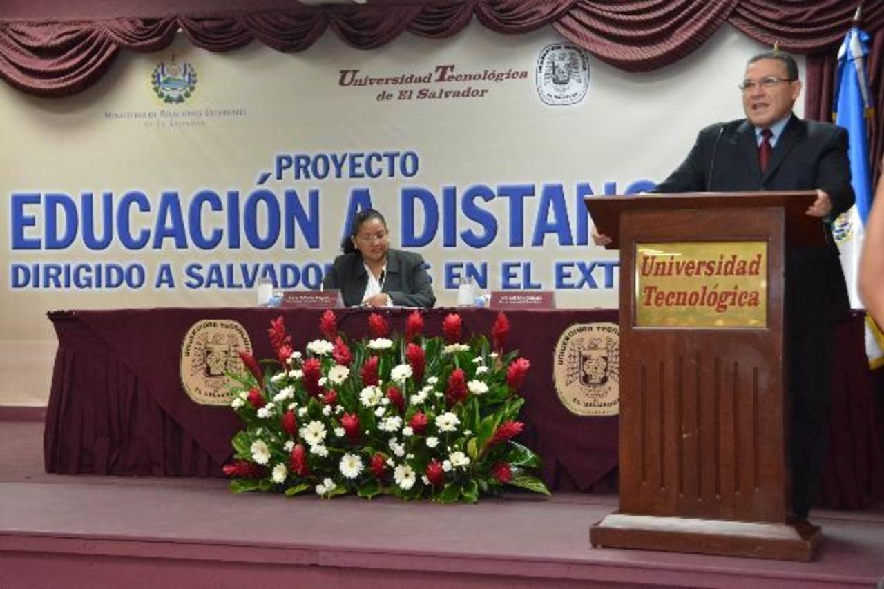 Nelson Zárate, director de la Utec, firmó el convenio. Foto EDH / Cortesía