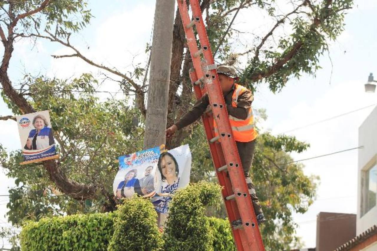 Los trabajos de retiro de la propaganda electoral se realizan durante las primeras semanas de marzo. foto edh / cortesía
