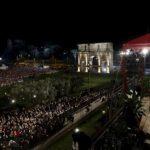 El papa Francisco llega al Coliseo de Roma para presidir el Vía Crucis