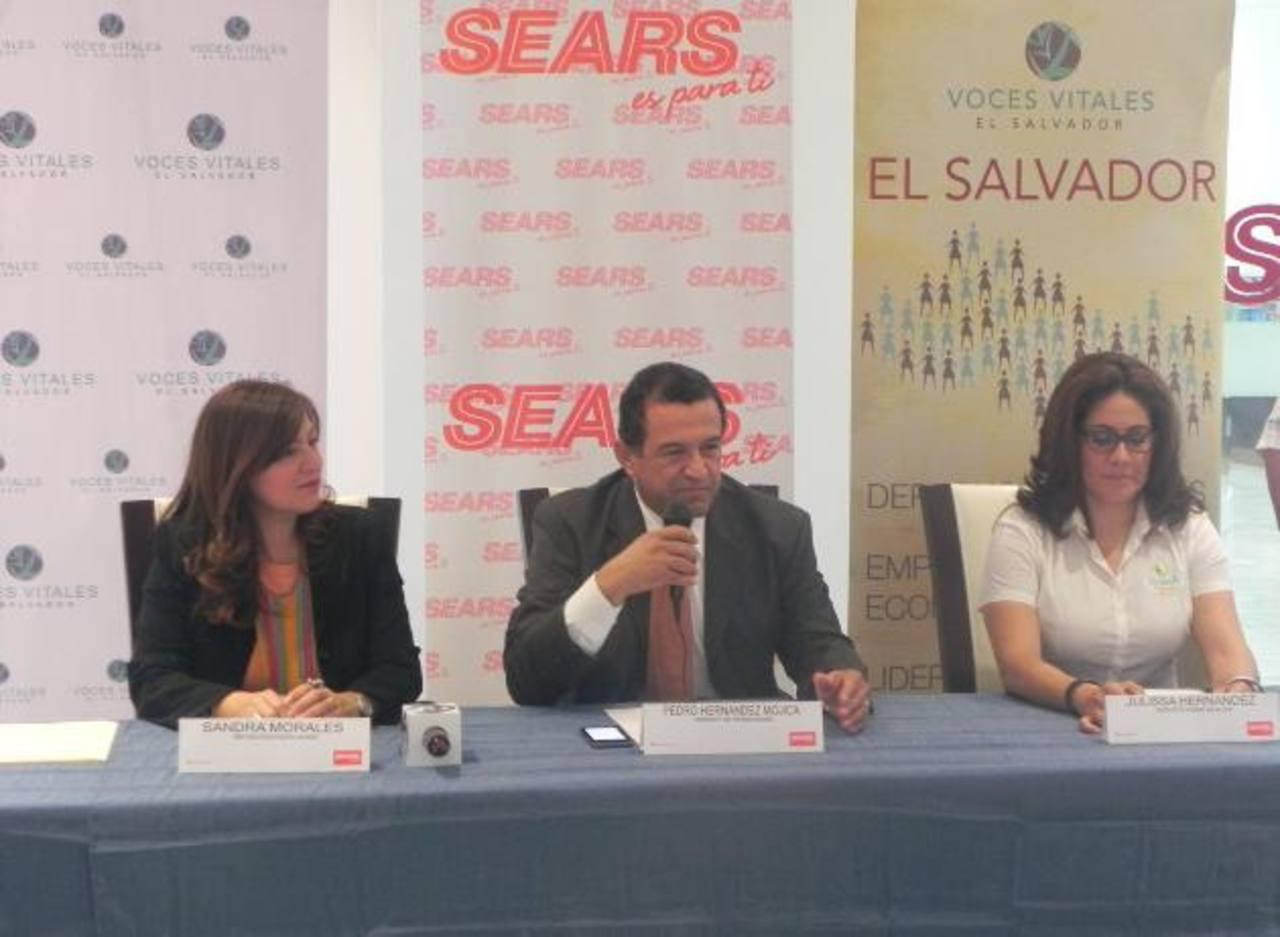 Representantes de Sears y Voces Vitales dan a conocer los detalles del concurso. foto EDH / CORTESÍA