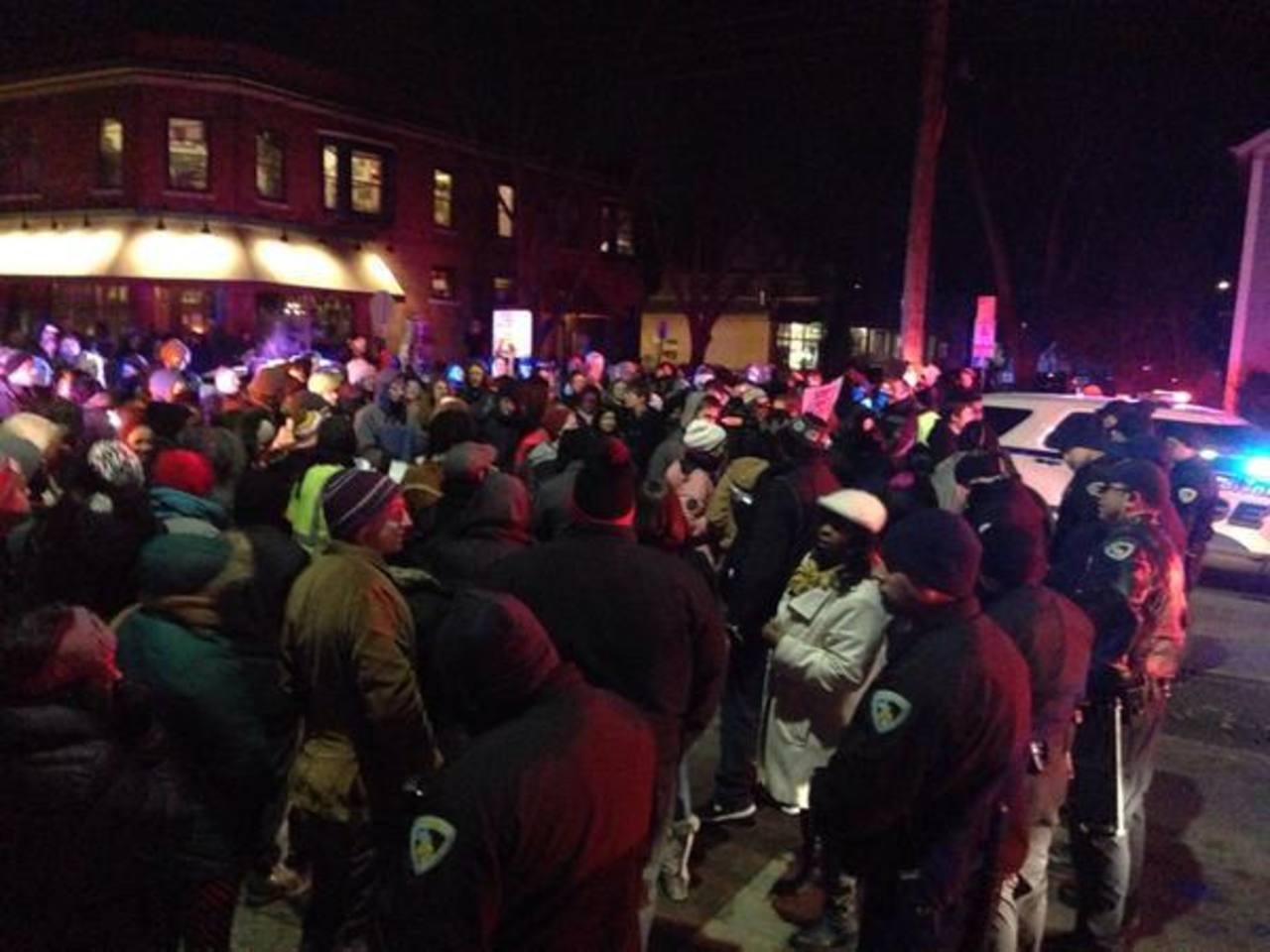 Docenas protestan en EE.UU. por muerte de joven negro tiroteado por la Policía