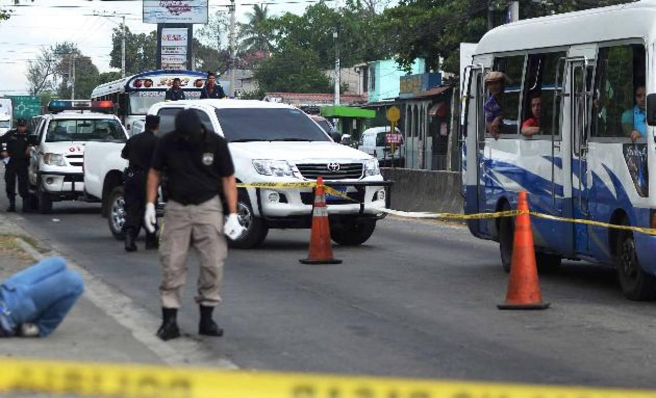 Gustavo Mundo, empleado de una panadería, fue ultimado en una parada de buses de Ciudad Delgado. Fotos EDH / Marlon Hernández