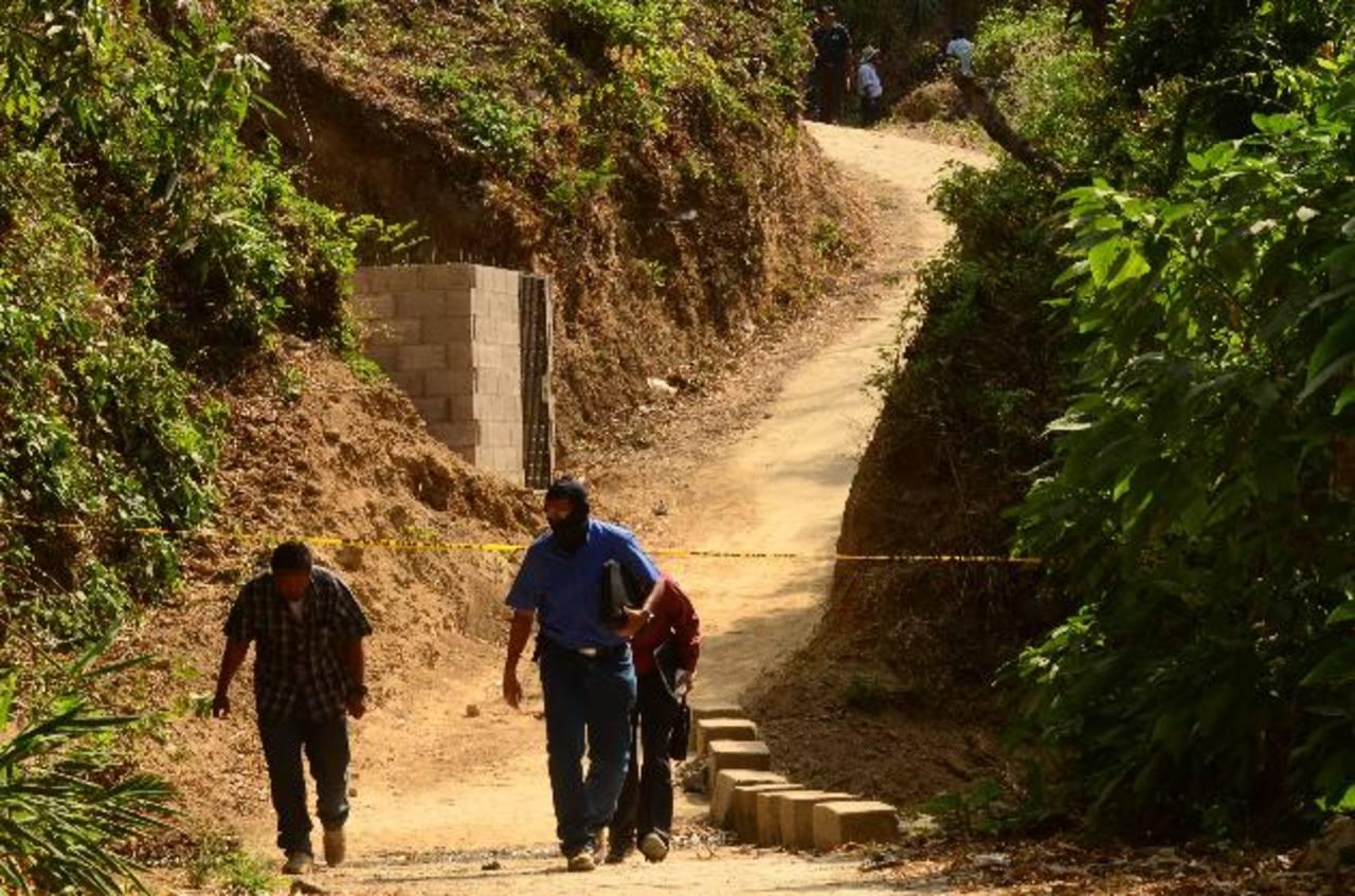 Miguel Ángel Alvarado, de 13 años, fue interceptado en este camino por sus asesinos, en Olocuilta. Lo ultimaron a balazos en una vereda. Foto EDH / Óscar Iraheta
