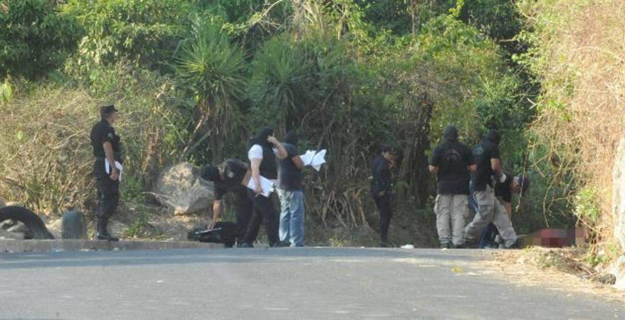 El homicidio de Mario Matías obligó a cerrar la vía por casi tres horas. Foto EDH /L. Monterrosa