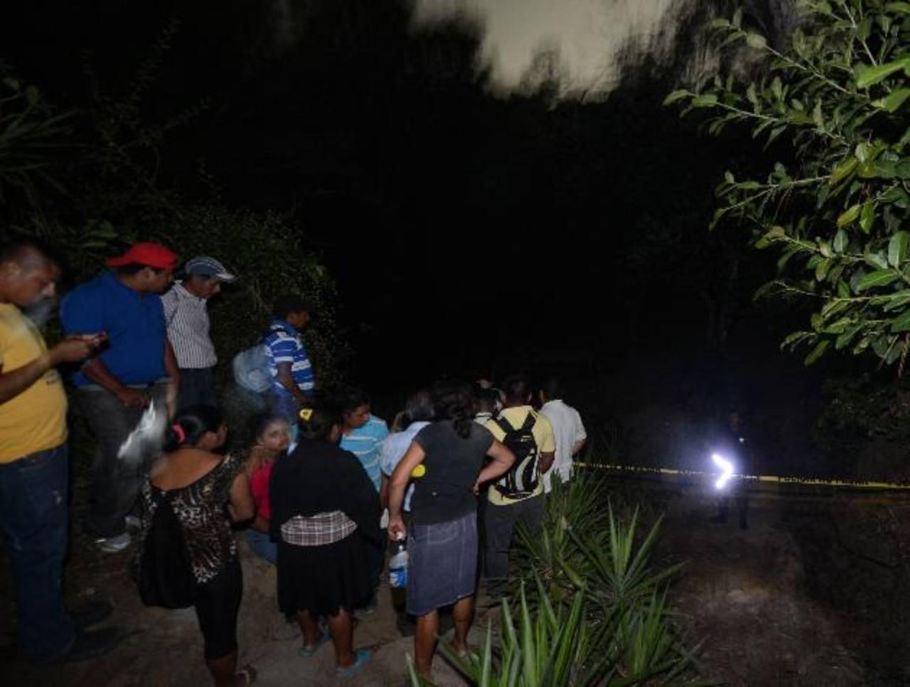 La Policía restringió el acceso al pozo debido a la fuerte presencia de monóxido de carbono, los tres cuerpos de las personas serán sacadas hoy. Foto EDH / Douglas Urquilla
