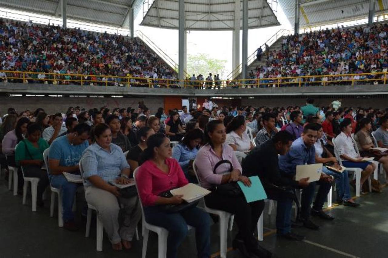 Más de dos mil personas llegaron al Polideportivo Don Bosco en busca de un trabajo. Foto EDH / Carlos Segovia