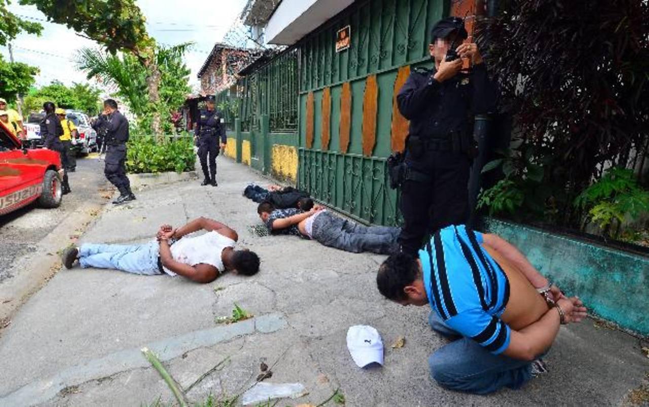 Las quejas de la población son por el procedimiento de los agentes a la hora de efectuar las detenciones. Foto EDH / Archivo