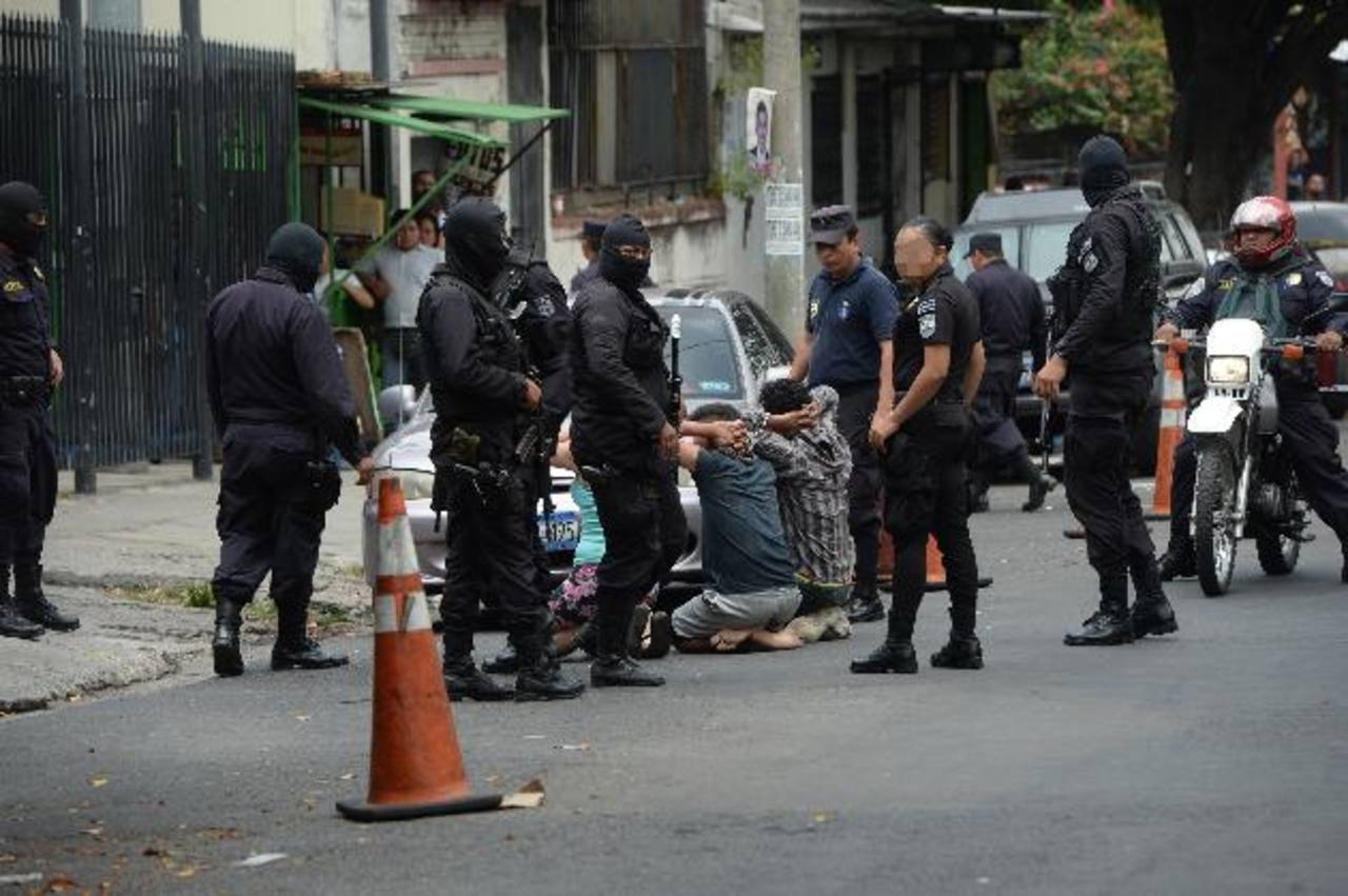 La Policía detuvo ayer, al mediodía, a varios sospechosos de haber participado en el homicidio del agente Salvador Flores Villatoro, quien estaba destacado en Mejicanos. Fotos EDH / Jaime Anaya
