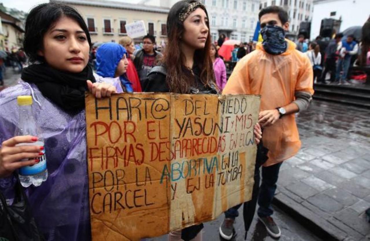 Miles marchan contra gobierno de presidente Correa