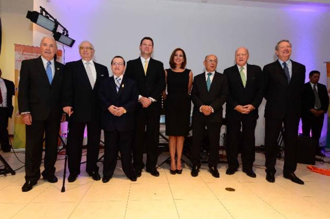 Miembros fundadores del Consejo Nacional de Publicidad que fueron galardonados anoche, junto a invitados especiales. Fotos EDH / René Quintanilla y Mauricio Cáceres