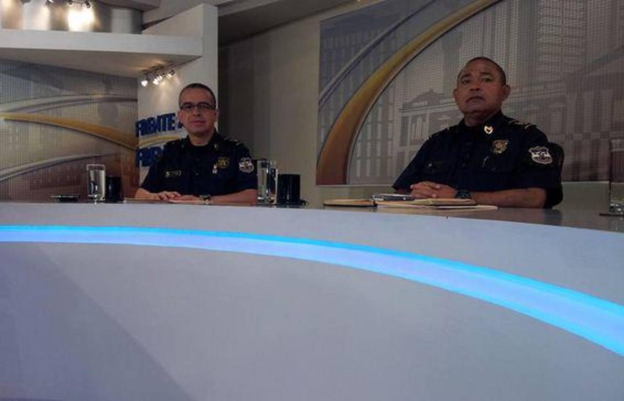 Las autoridades de la PNC durante una entrevista televisiva.