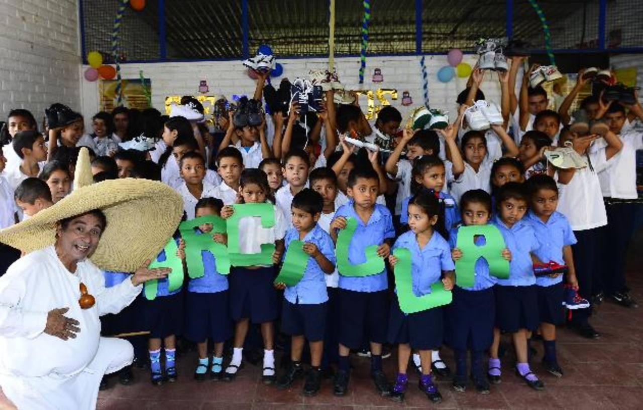 Los padres de familia y los estudiantes se mostraron agradecidos con estas obras que desarrollan los salvadoreños residentes en Estados Unidos. Foto EDH / René estrada