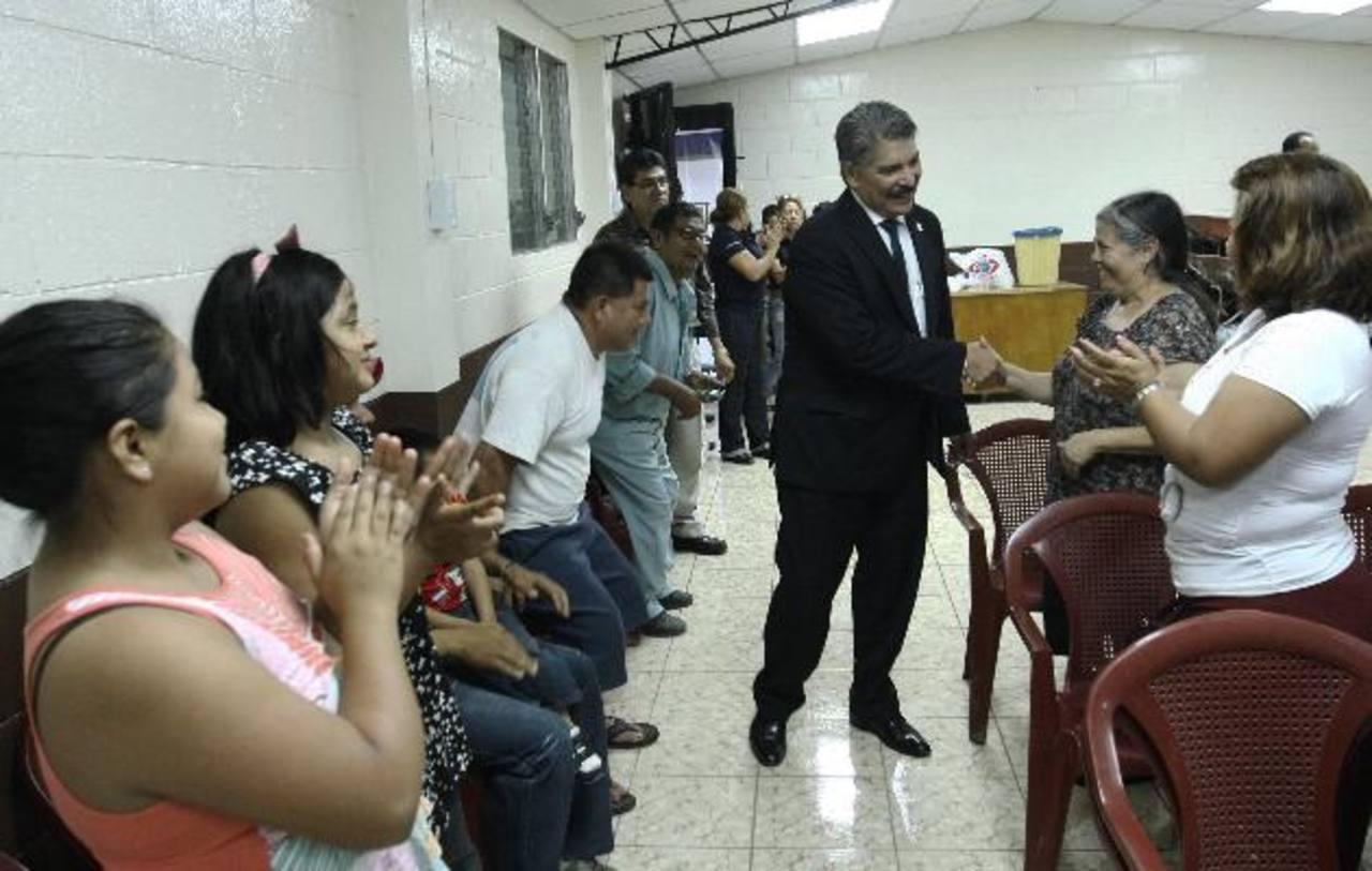 El alcalde Quijano saluda a lo residentes de la comunidad Cristo Redentor antes de entregarles la obra. Foto EDH / CORTESÍA