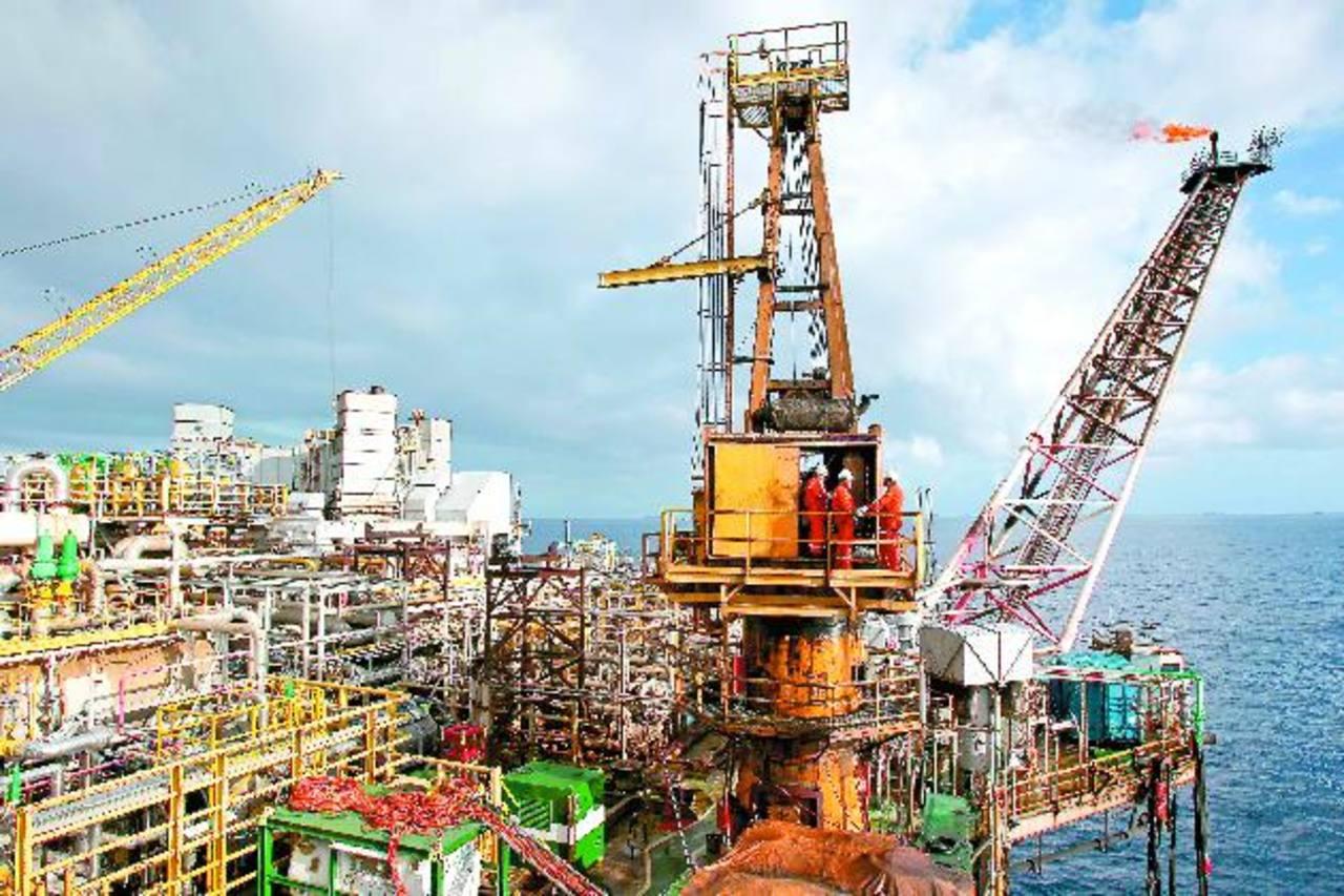 Los países productores de petróleo podrían aumentar su riesgo político tras la caída de los precios de esta materia prima. foto edh / archivo
