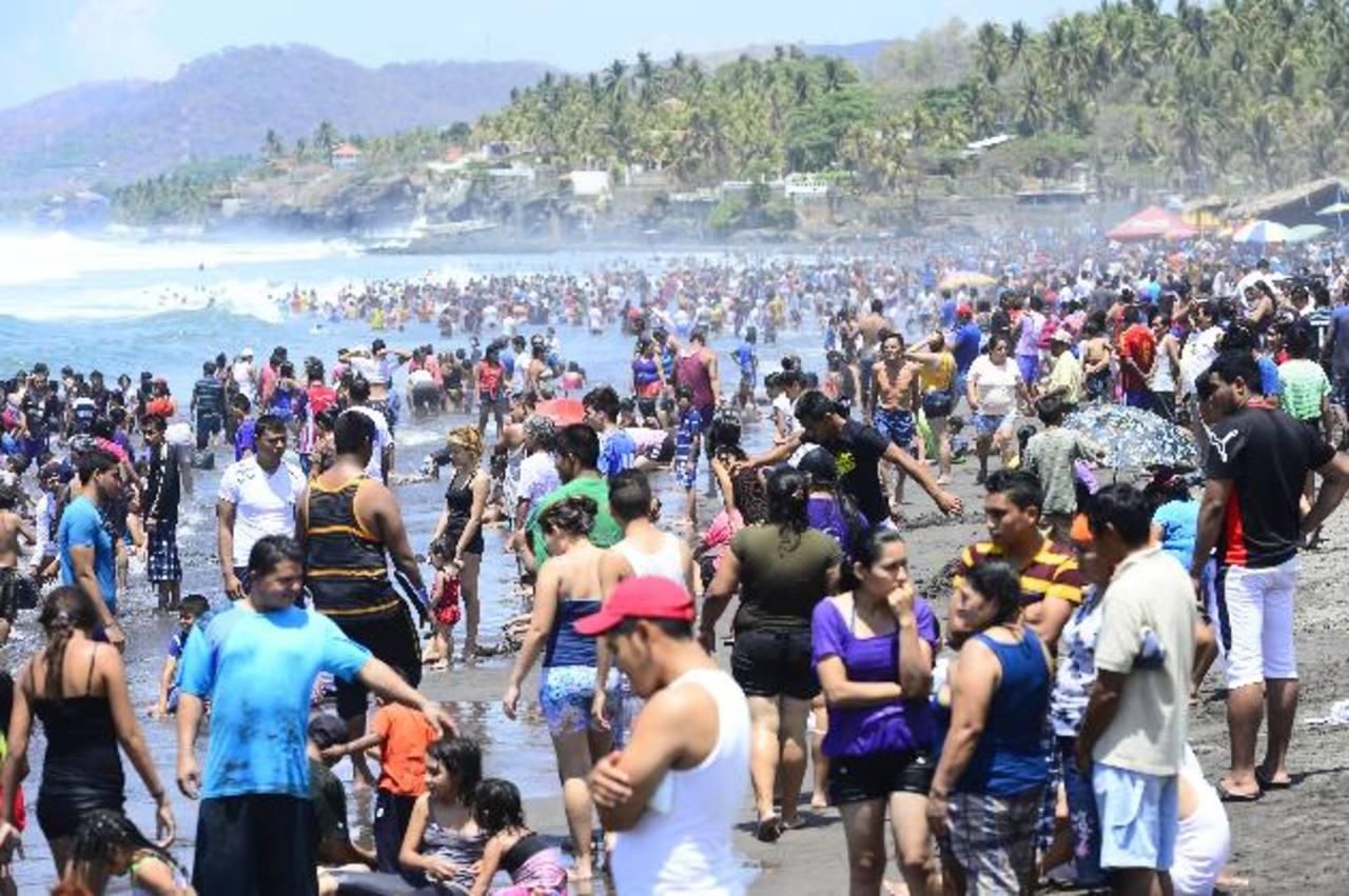 Veraneantes abarrotaron El Majahual para disfrutar del Sábado Santo. Foto EDH / RENÉ ESTRADA