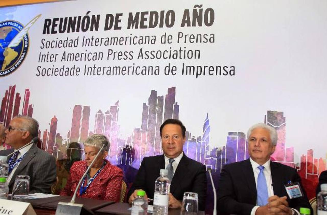 El presidente panameño, Juan Carlos Varela, junto al presidente de la SIP, Gustavo Mohme; la expresidenta de SIP, Elizabeth Ballantine, y el segundo vicepresidente de SIP, Juan Luis Correala. EFE