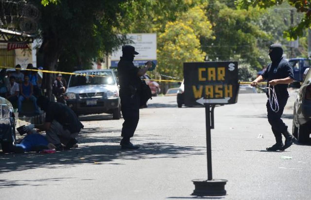 Un empleado de un carwash fue asesinado ayer en San Salvador, en promedio se registran 13 homicidios por día en marzo. Foto EDH / DOUGLAS URQUILLA