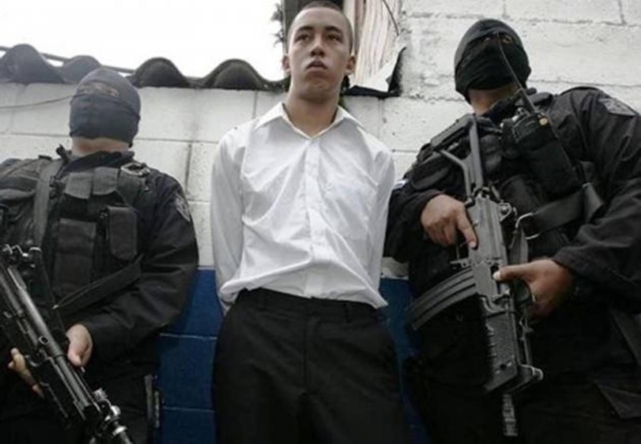 José Antonio Núñez Ortez, excadete de la Escuela Militar, al momento de ser esposado el 3 de mayo de 2014. Foto EDH / ARCHIVO