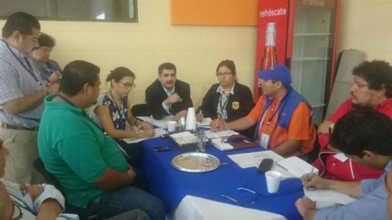 Representantes de partidos se reúnen con la Fiscalía para el recuento de votos.