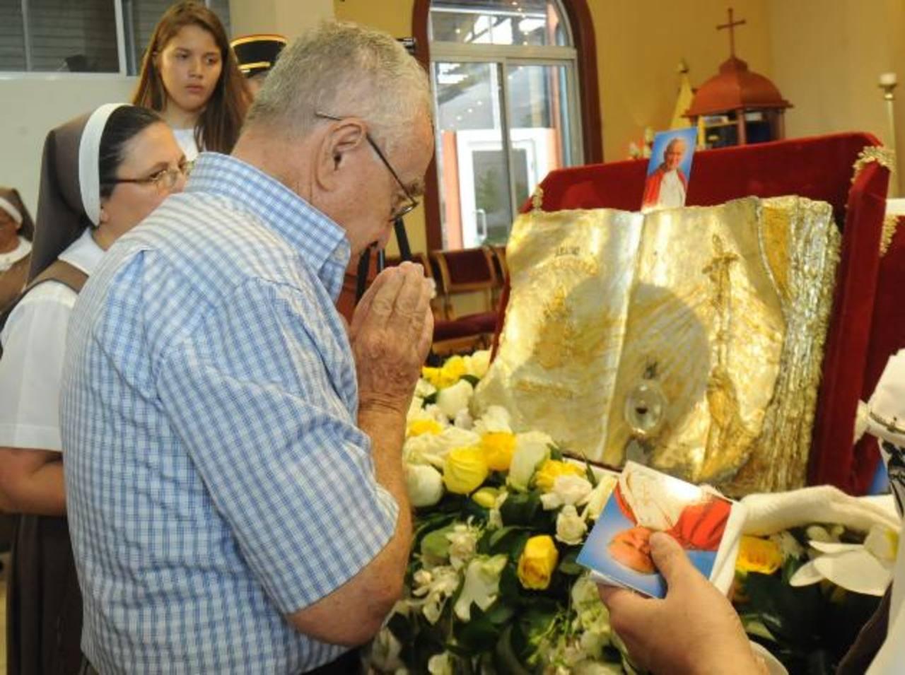 La feligresía llegó desde tempranas horas para poder venerar el relicario con la sangre de San Juan Pablo II y poder realizar sus peticiones. Foto EDH/ Lissette Monterrosa
