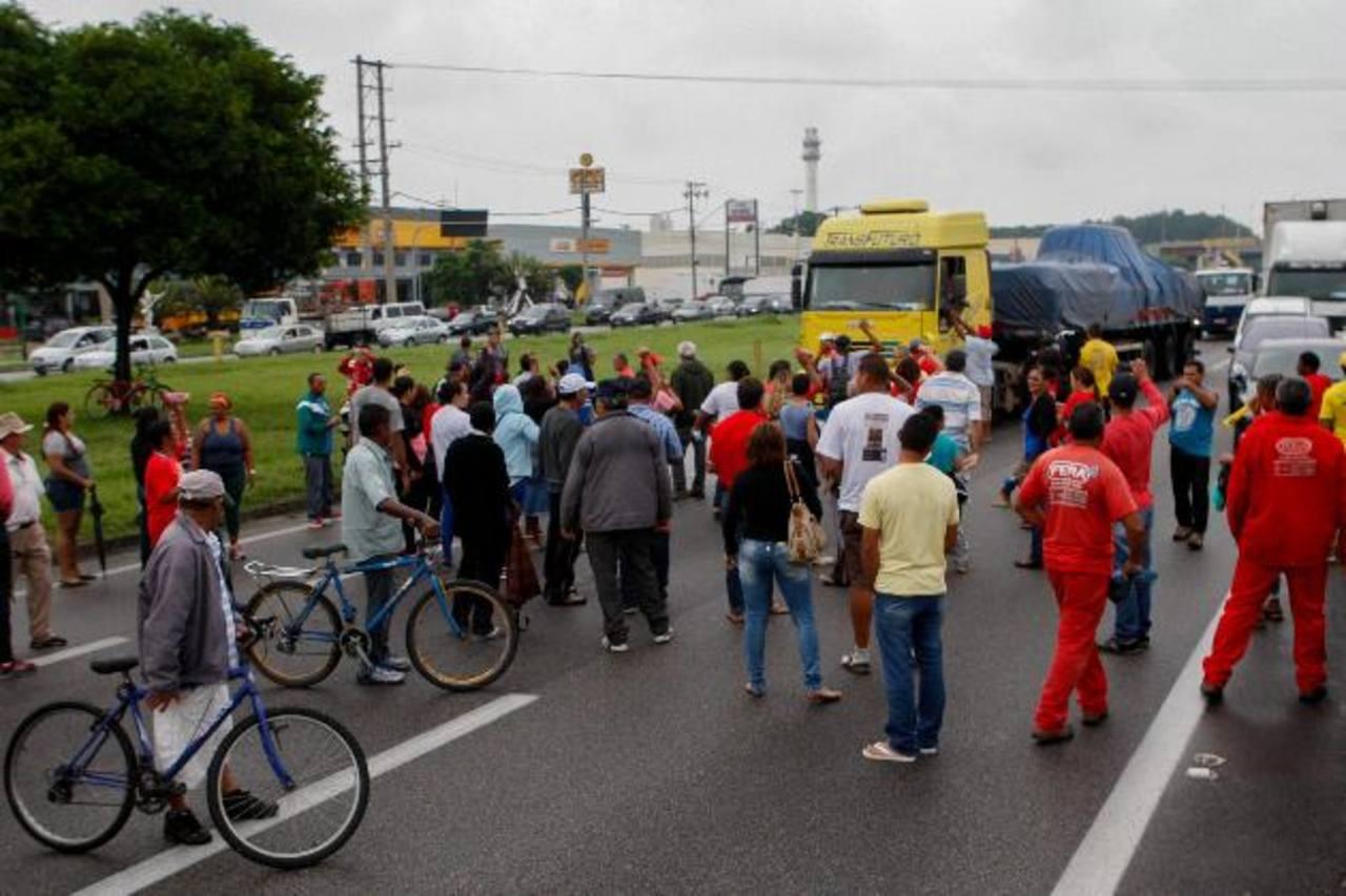 Activistas del movimiento Sin Techo protestaron contra el ajuste fiscal aplicado por el gobierno brasileño. foto edh /efe