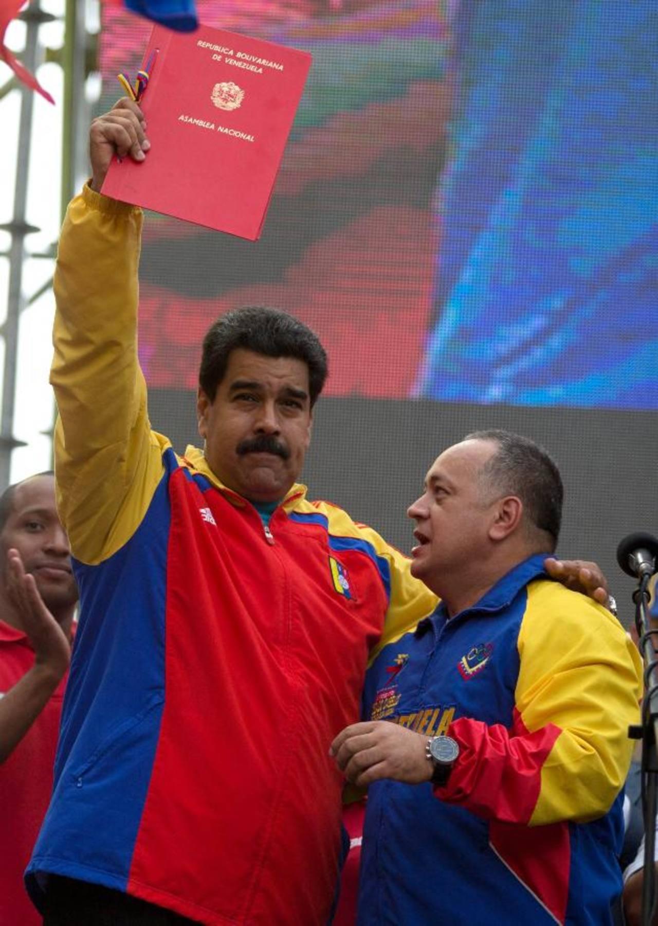El gobernante chavista, Nicolás Maduro (iz), recibió de la mano del jefe de la Asamblea Nacional, Diosdado Cabello, la segunda Ley Habilitante aprobada ayer. foto edh / ap