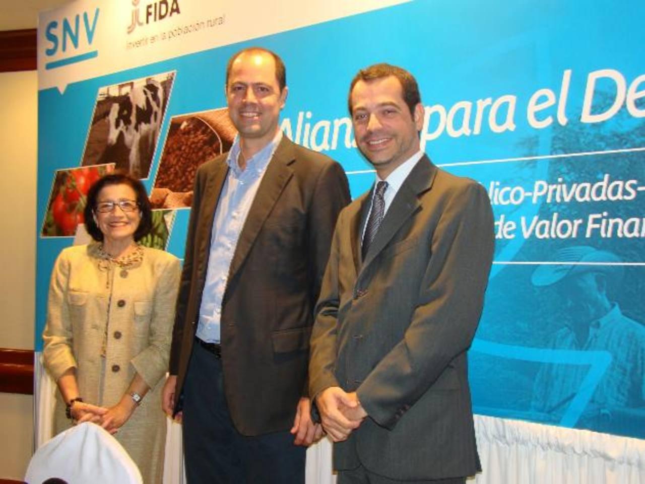 Elena de Alfaro representó a Fundemas en la firma de la Alianza junto a representantes de SNV y FIDA. Foto EDH/ Cortesía