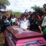 Familiares, amigos y compañeros dieron el último adiós al policía Héctor Alfaro Torres.