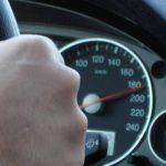 Video: Se graba conduciendo a 190 por hora con hijo de pie entre asientos delanteros