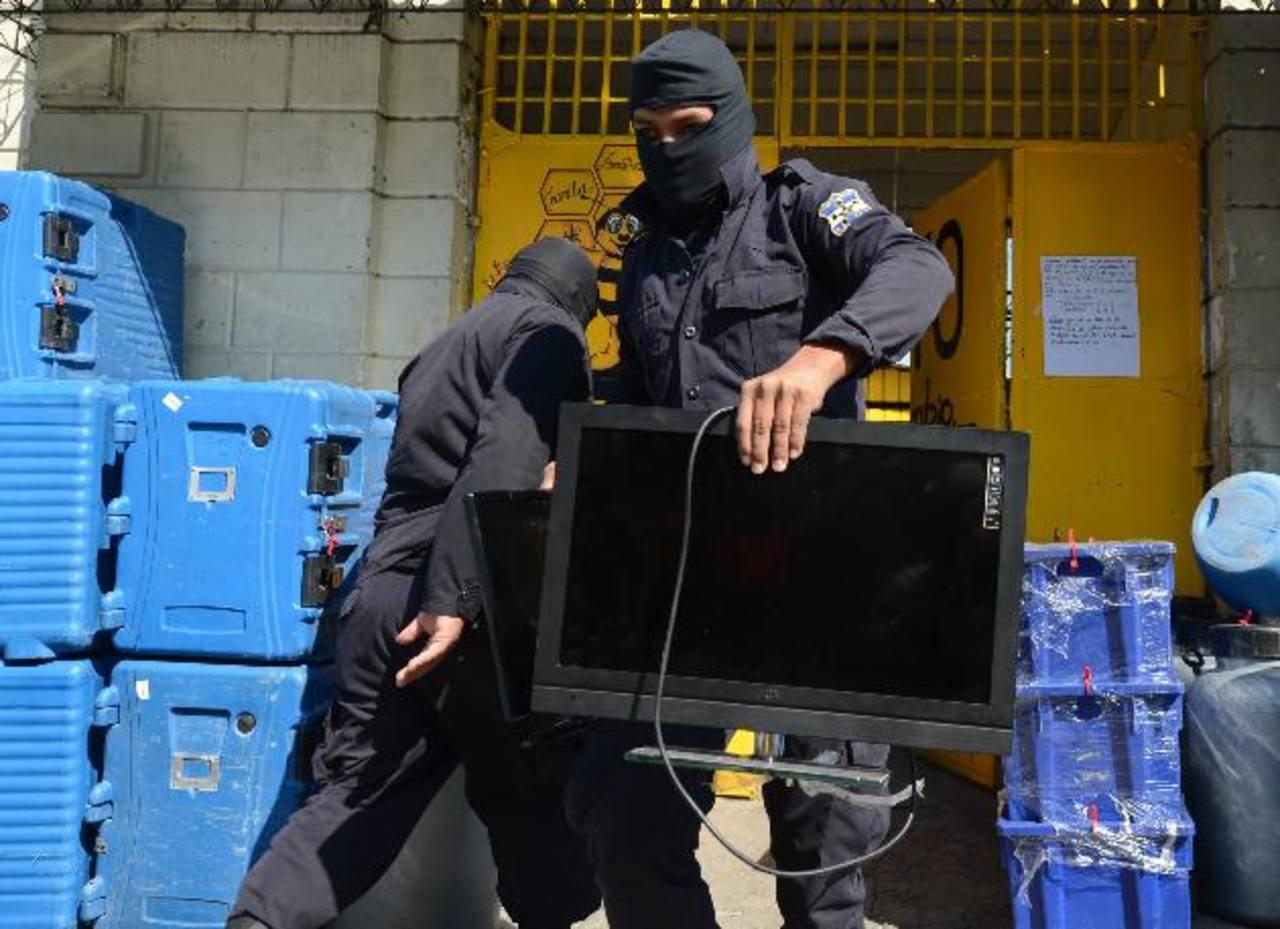 Policías Antipandillas y de la Unidad de Mantenimiento del Orden encontraron en el presidio una veintena de televisores, ventiladores y consolas de videojuegos. Fotos EDH/ Douglas Urquilla