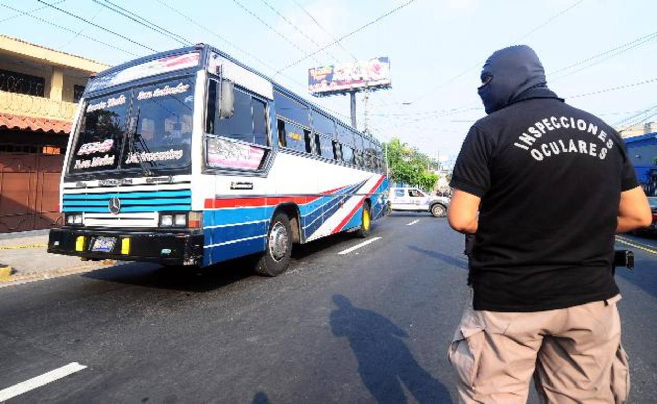 Un pasajero fue asesinado ayer en un bus de la 101-D por robarle su celular. Foto EDH / rené quintanilla