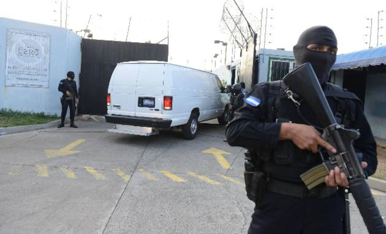 Los reos fueron trasladados en camionetas cerradas y custodiadas por unidades especiales de la PNC. Foto EDH / Lissette Lemus.